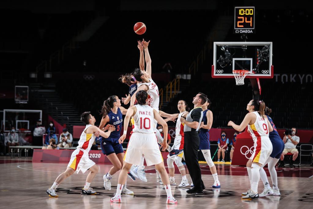 4日综合:中国女篮虽败犹荣 乒乓团体齐进决赛