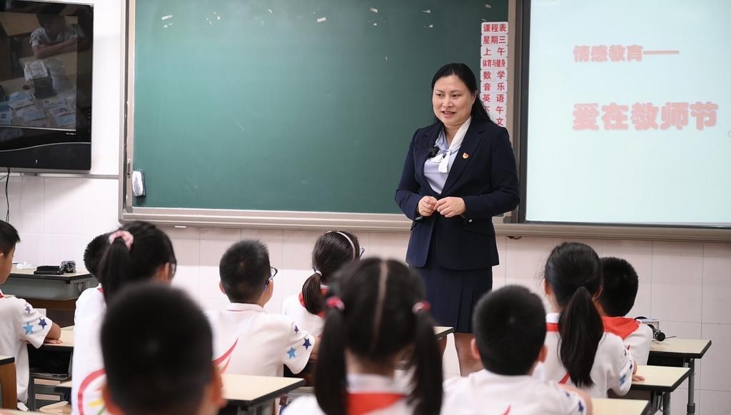 """推动情感教育十多年,小学校长吴蓉瑾被学生称为""""云朵妈妈"""""""