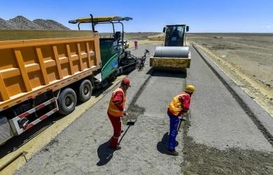 新疆首条沙漠高速公路建设提速 力争年内完工