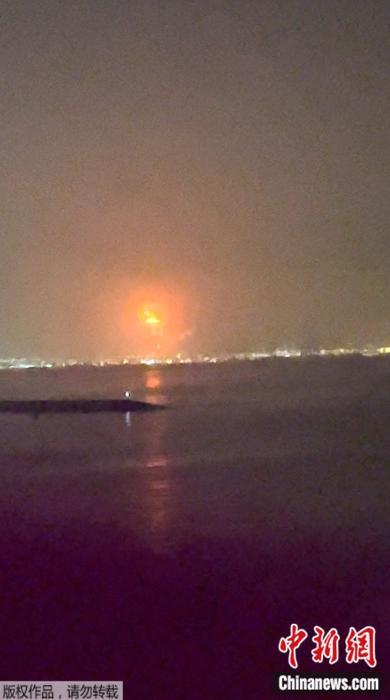 当地时间7月7日,阿联酋迪拜杰贝阿里港发生爆炸,引发火灾。